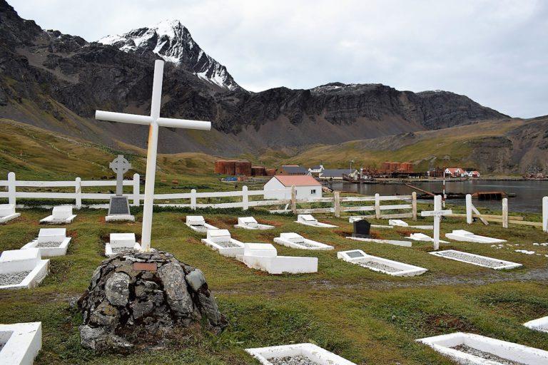 Miestny cintorín v Grytviken, kde je pochovaný aj známy polárnik Shackleton