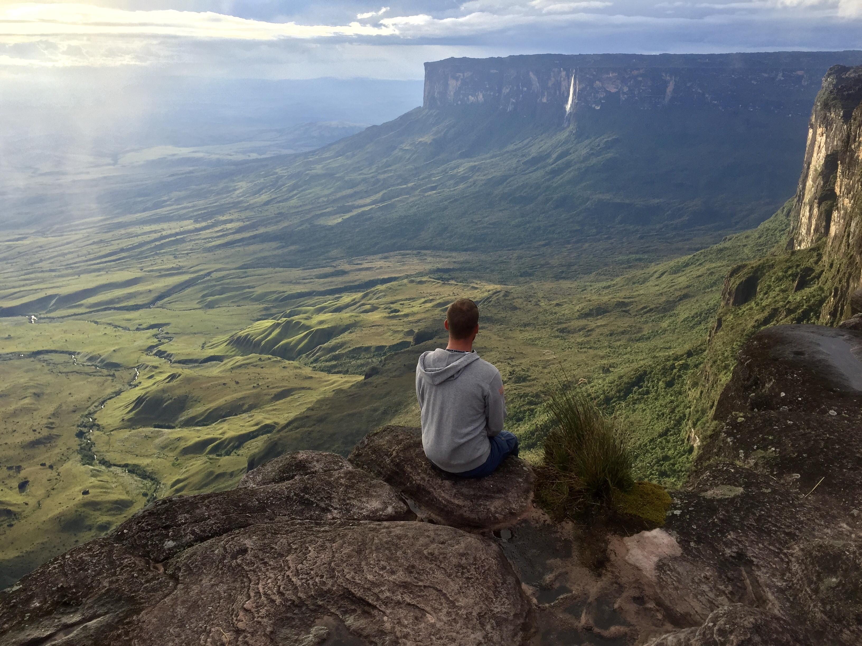 Pohľad zo stolovej hory Roraima na horu Kukenán a druhý najvyšší vodopád planéty Salto Kukenán