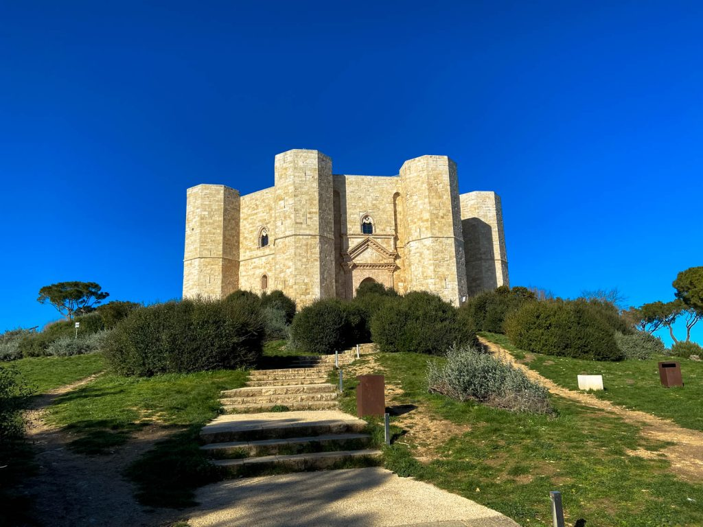 Zákutia Bari, tajomný Castel del Monte a šmolkovské Alberobello