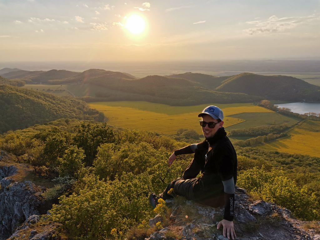 Najkrajšie sú výhľady pri západe slnka zo zrúcaniny hradu Ostrý kameň. Vpravo sa nachádza vodná nádrž Buková